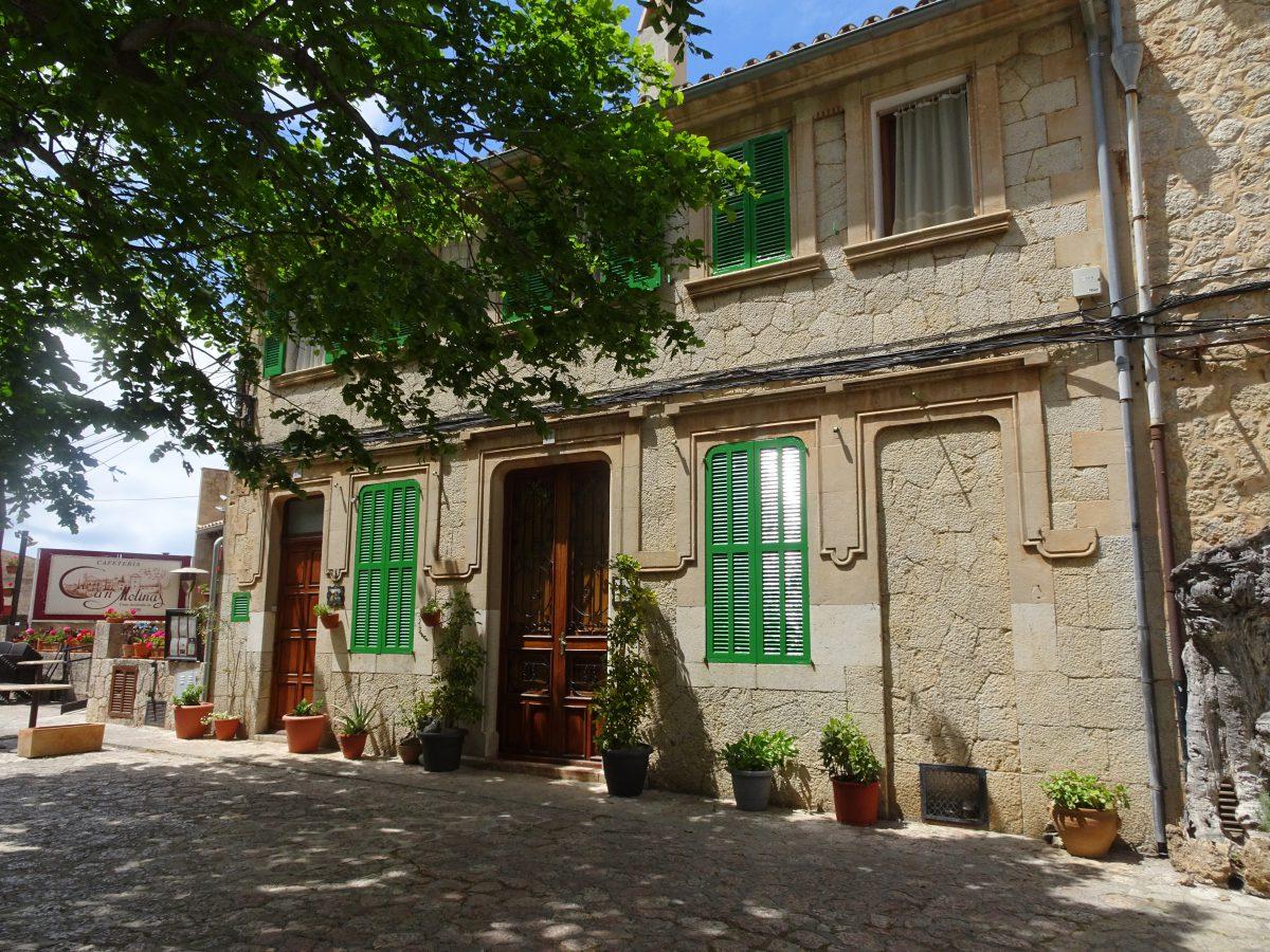 Wandern auf dem Trockenmauerweg Valldemossa Haus