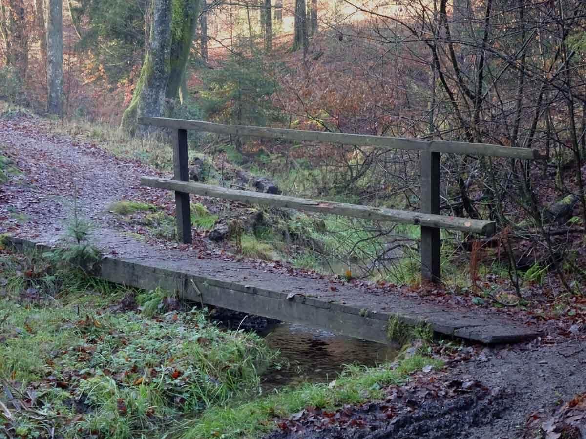 Holzbrücke über den Bach