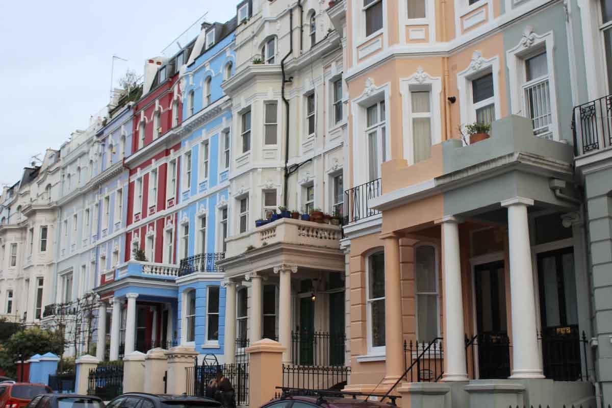 Notting Hill Straßenzug mit bunten Häusern